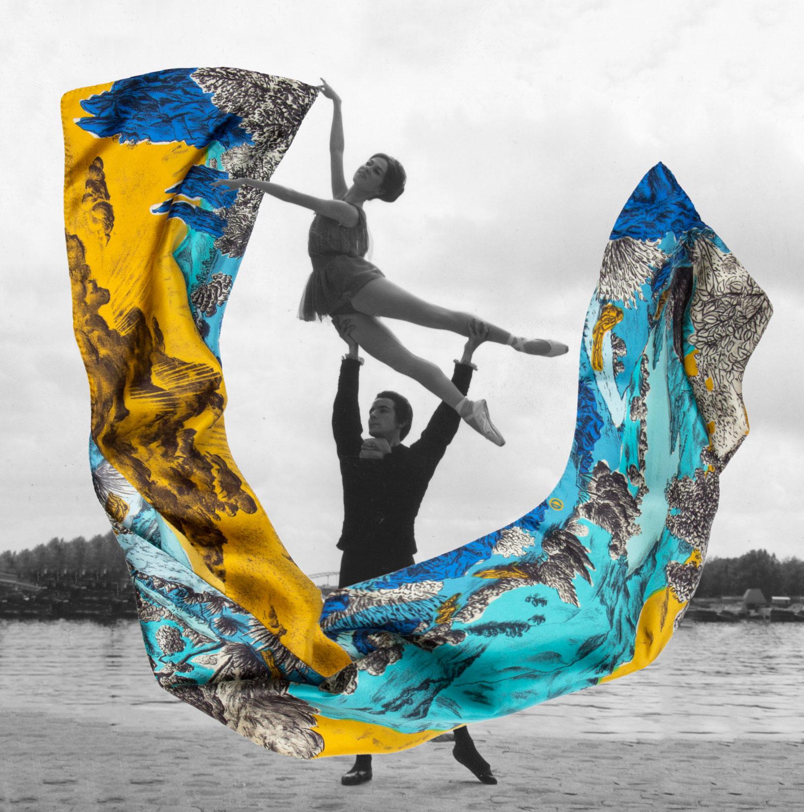 Photographie noir et blanc d'un couple de danseur jouant avec un grand foulard jaune et bleu - photomontage