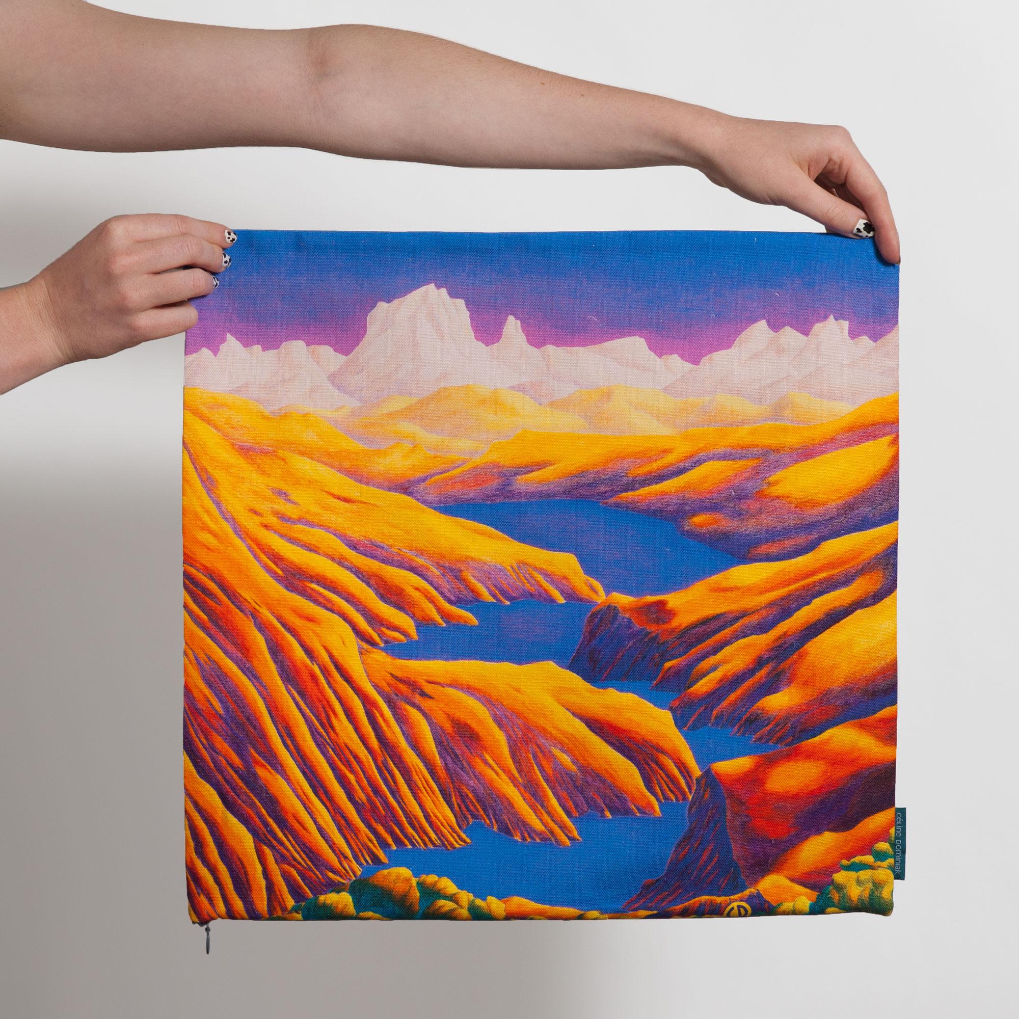 Housse de coussin carrée avec paysage de montagnes jaunes et lac bleu de Céline Dominiak