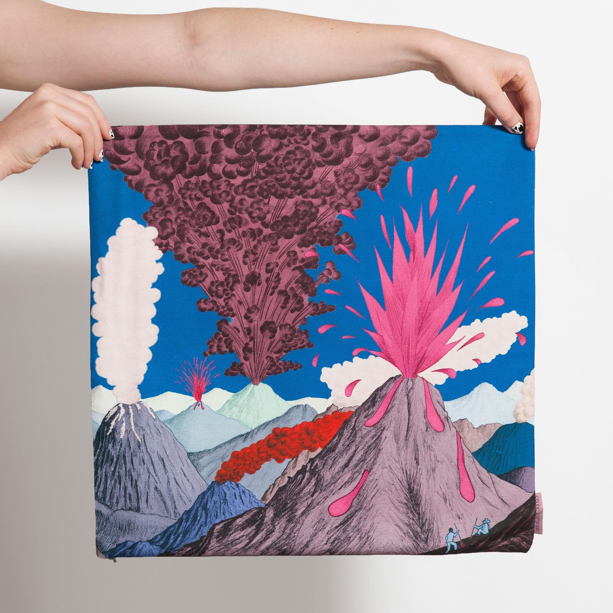Housse de coussin carrée avec paysage de volcans roses et ciel bleu de Céline Dominiak