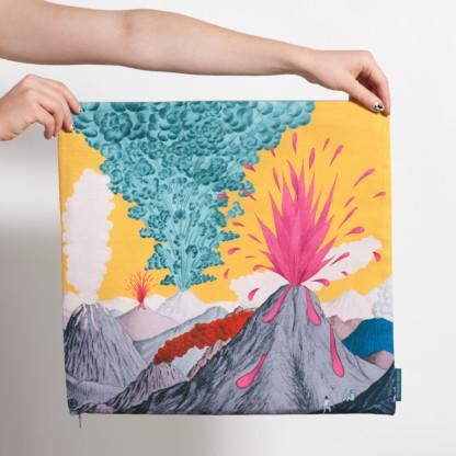 Housse de coussin carrée avec paysage de volcans gris et ciel jaune de Céline Dominiak