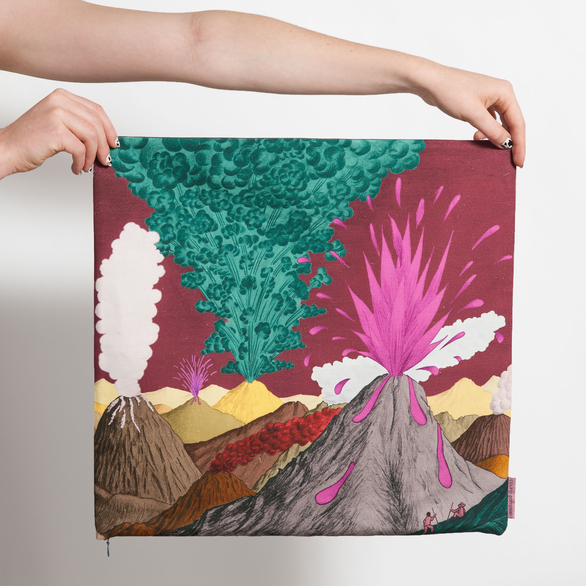 Housse de coussin carrée avec paysage de volcans marrons et ciel prune de Céline Dominiak