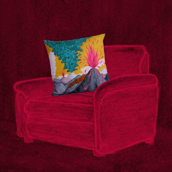 coussin volcan jaune sur fauteuil
