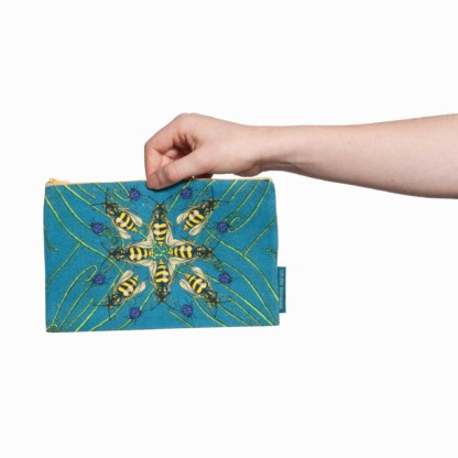 Une pochette taille M de la collection Carnivore de Céline Dominiak, avec des insectes et des plantes carnivores sur fond bleu, recto
