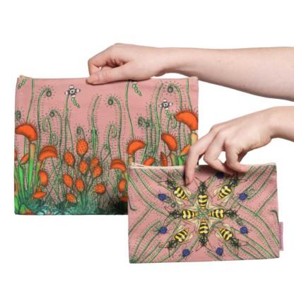 Deux pochettes tailles M et L de la collection Carnivore de Céline Dominiak, avec des insectes et des plantes carnivores sur fond rose, recto