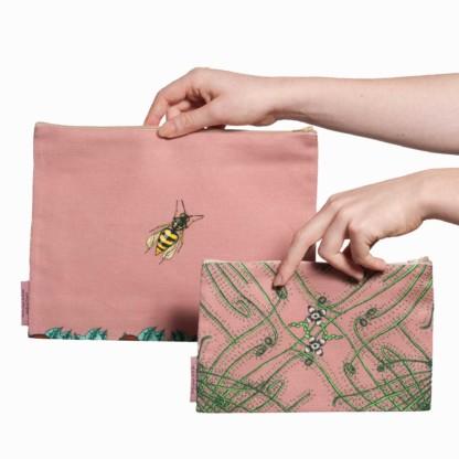 Deux pochettes tailles M et L de la collection Carnivore de Céline Dominiak, avec des insectes et des plantes carnivores sur fond rose, verso