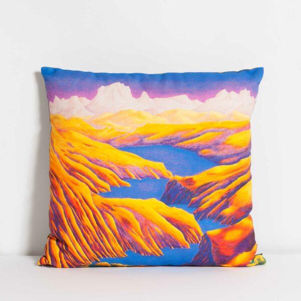 Coussin rembourré de la collection Rêves Martiens de Céline Dominiak, avec des paysages de montages jaunes et un lac bleu, recto