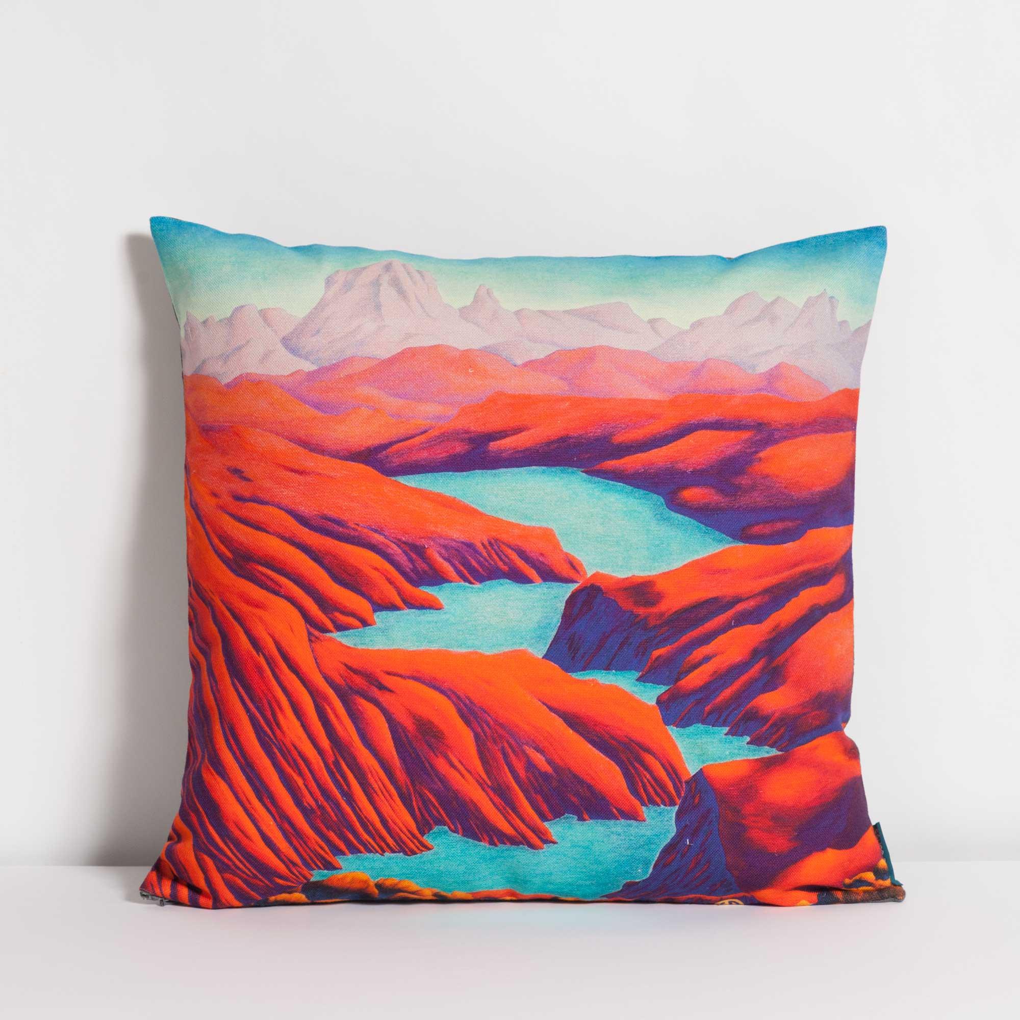 Coussin rembourré de la collection Rêves Martiens de Céline Dominiak, avec des paysages de montages rouges et un lac bleu, recto