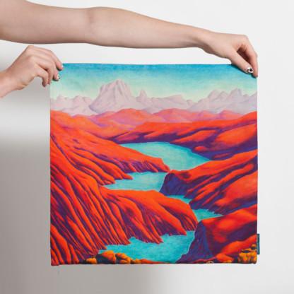 Housse de coussin carrée avec paysage de montagnes rouges et lac bleu de Céline Dominiak