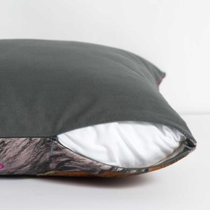 Ouverture par un zip d'un coussin rembourré de la collection Rêves Martiens de Céline Dominiak, verso gris uni
