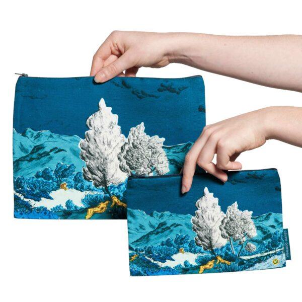 Deux pochettes tailles M et L de la collection Dormeurs de Céline Dominiak, paysage de montagne bleu taches jaunes, recto
