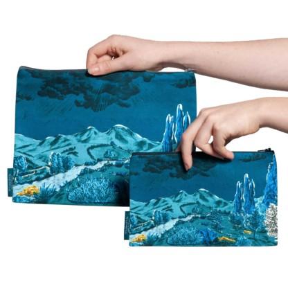 Deux pochettes tailles M et L de la collection Dormeurs de Céline Dominiak, paysage de montagne bleu taches jaunes, verso