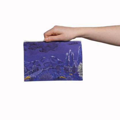 Pochettes tailles M de la collection Dormeurs de Céline Dominiak, paysage de montagne bleu taches jaunes, verso