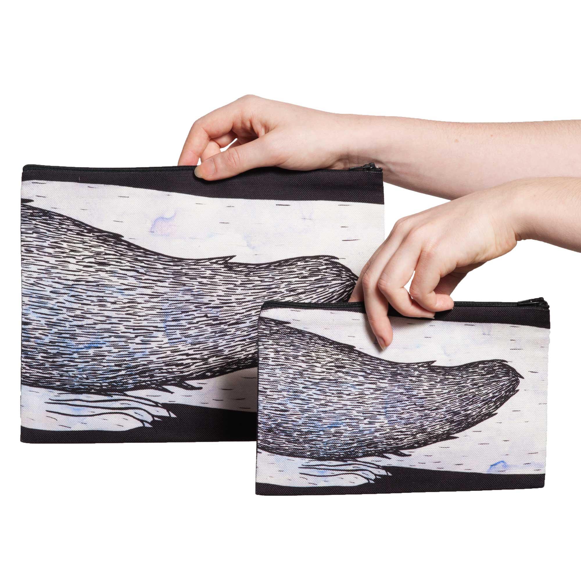 Deux pochettes tailles M et L de la collection Fourrure de Céline Dominiak, avec queues d'hermine blanches sur fond noir, verso