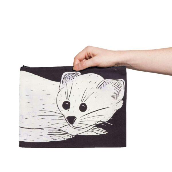 Une pochette taille L de la collection Fourrure de Céline Dominiak, avec une tête d'hermine blanche sur fond noir, recto