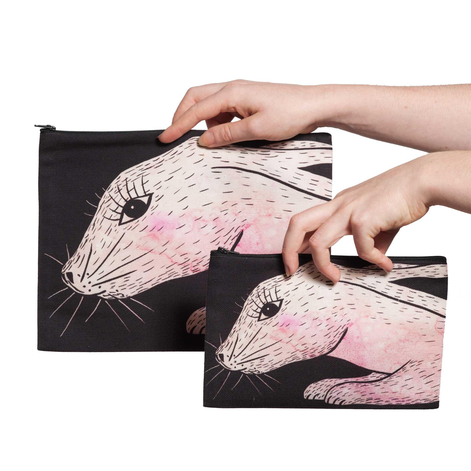 Deux pochettes tailles M et L de la collection Fourrure de Céline Dominiak, avec têtes de lapin roses sur fond noir, recto