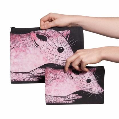 Deux pochettes tailles M et L de la collection Fourrure de Céline Dominiak, avec têtes de martres roses sur fond noir, recto
