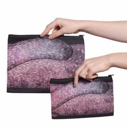 Deux pochettes tailles M et L de la collection Fourrure de Céline Dominiak, avec queues de martre roses sur fond noir, verso