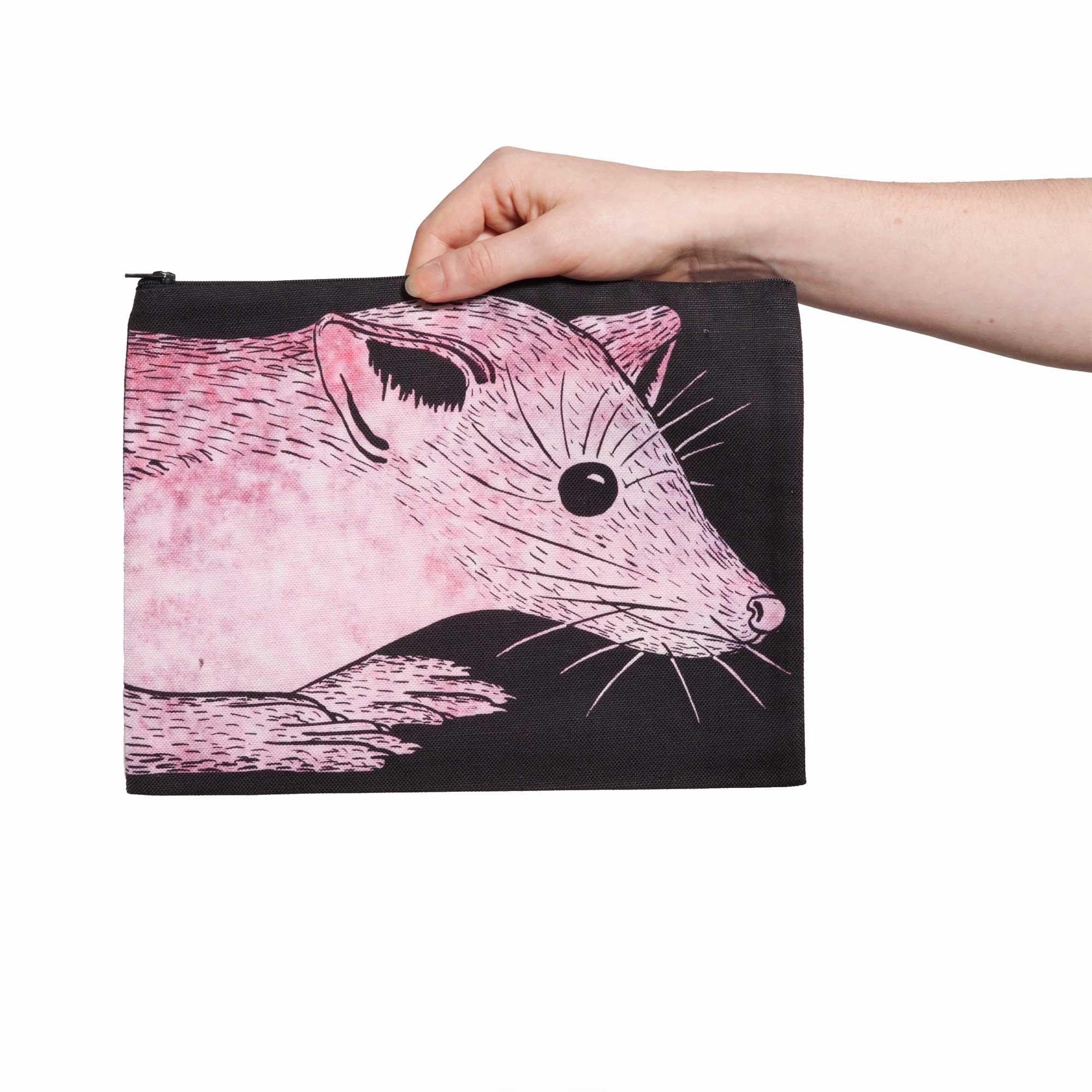 Une pochette taille L de la collection Fourrure de Céline Dominiak, avec une tête de martre rose sur fond noir, recto