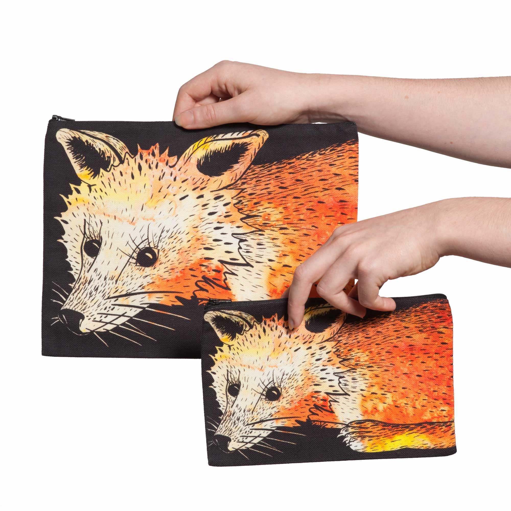 Deux pochettes tailles M et L de la collection Fourrure de Céline Dominiak, avec têtes de renard orange sur fond noir, recto