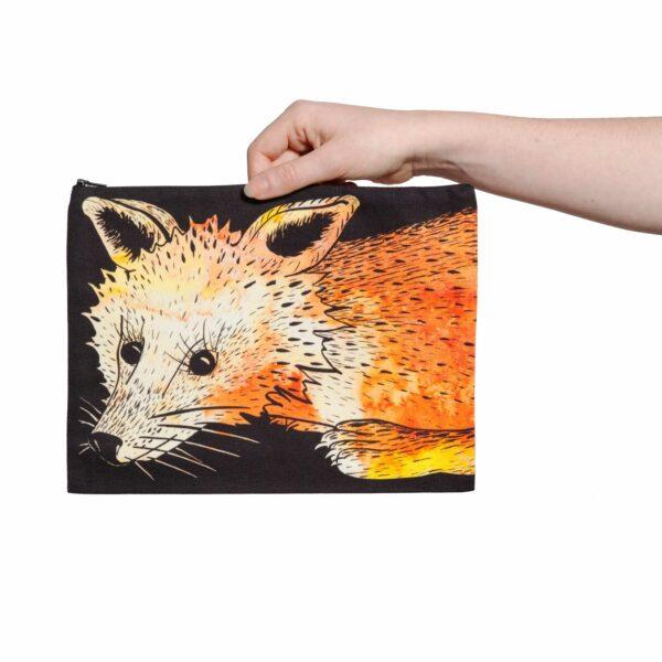 Une pochette taille L de la collection Fourrure de Céline Dominiak, avec une tête de renard orange sur fond noir, recto