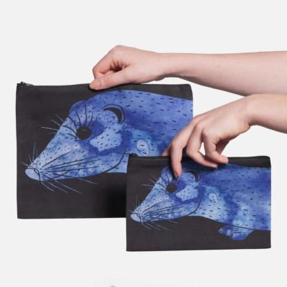 Deux pochettes tailles M et L de la collection Fourrure de Céline Dominiak, avec têtes de vison bleu foncé sur fond noir, recto