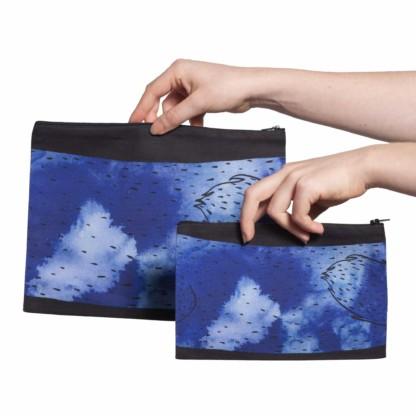 Deux pochettes tailles M et L de la collection Fourrure de Céline Dominiak, avec queues de vison bleu foncé sur fond noir, verso