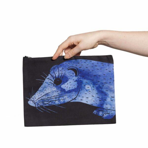 Une pochette taille L de la collection Fourrure de Céline Dominiak, avec une tête de vison bleu foncé sur fond noir, recto
