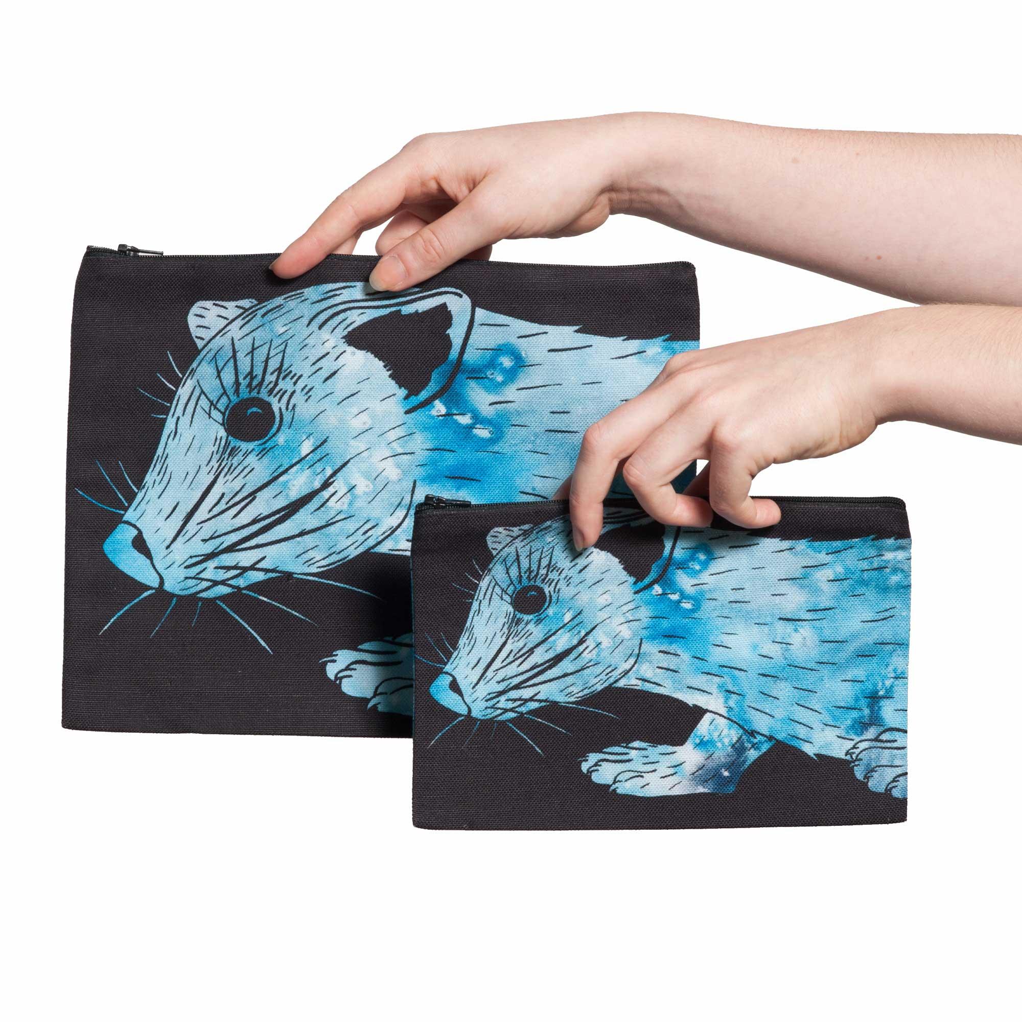 Deux pochettes tailles M et L de la collection Fourrure de Céline Dominiak, avec têtes de zibeline bleu azur sur fond noir, recto