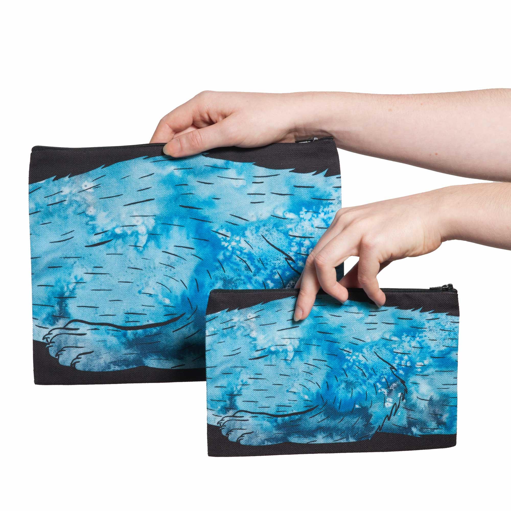 Deux pochettes tailles M et L de la collection Fourrure de Céline Dominiak, avec pattes de zibeline bleu azur sur fond noir, verso