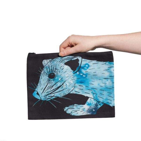Une pochette taille L de la collection Fourrure de Céline Dominiak, avec une tête de zibeline bleu azur sur fond noir, recto