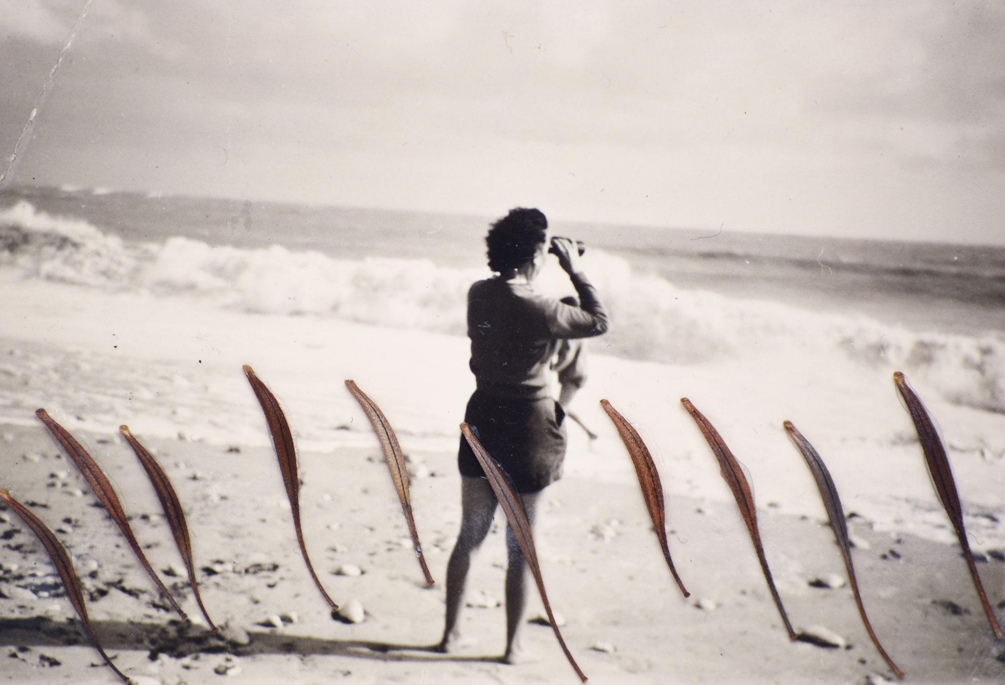 Second souffle #12 de Céline Dominiak -- Femme regardant l'horizon avec des jumelles - Collage de graines sur photographie argentique noir et blanc