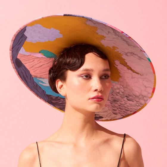 Chapeau cérémonie paille et tissu en soie imprimé dessins volcans de Céline Dominiak x Mademoiselle Chapeaux